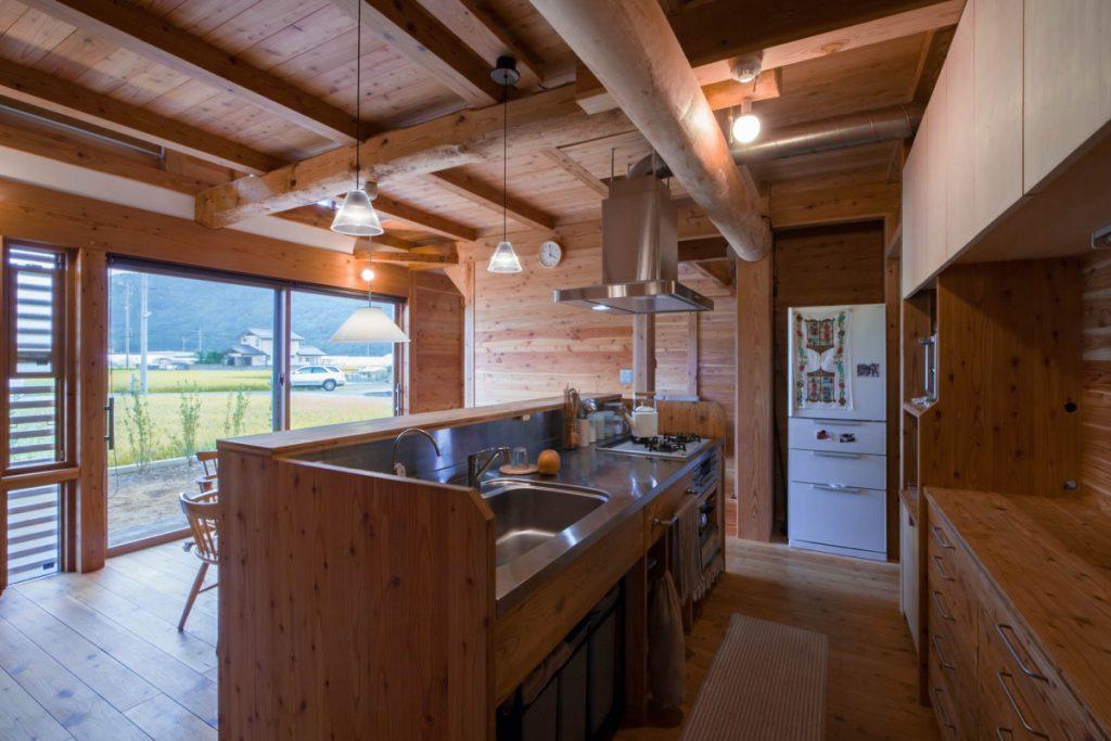 キッチン。大工さん手づくりでローコスト化。