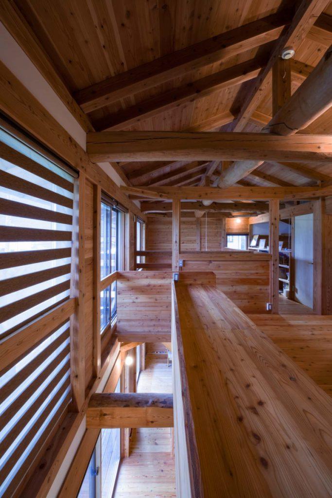 2階寝室の小窓からフリースペースと書斎を見渡す。